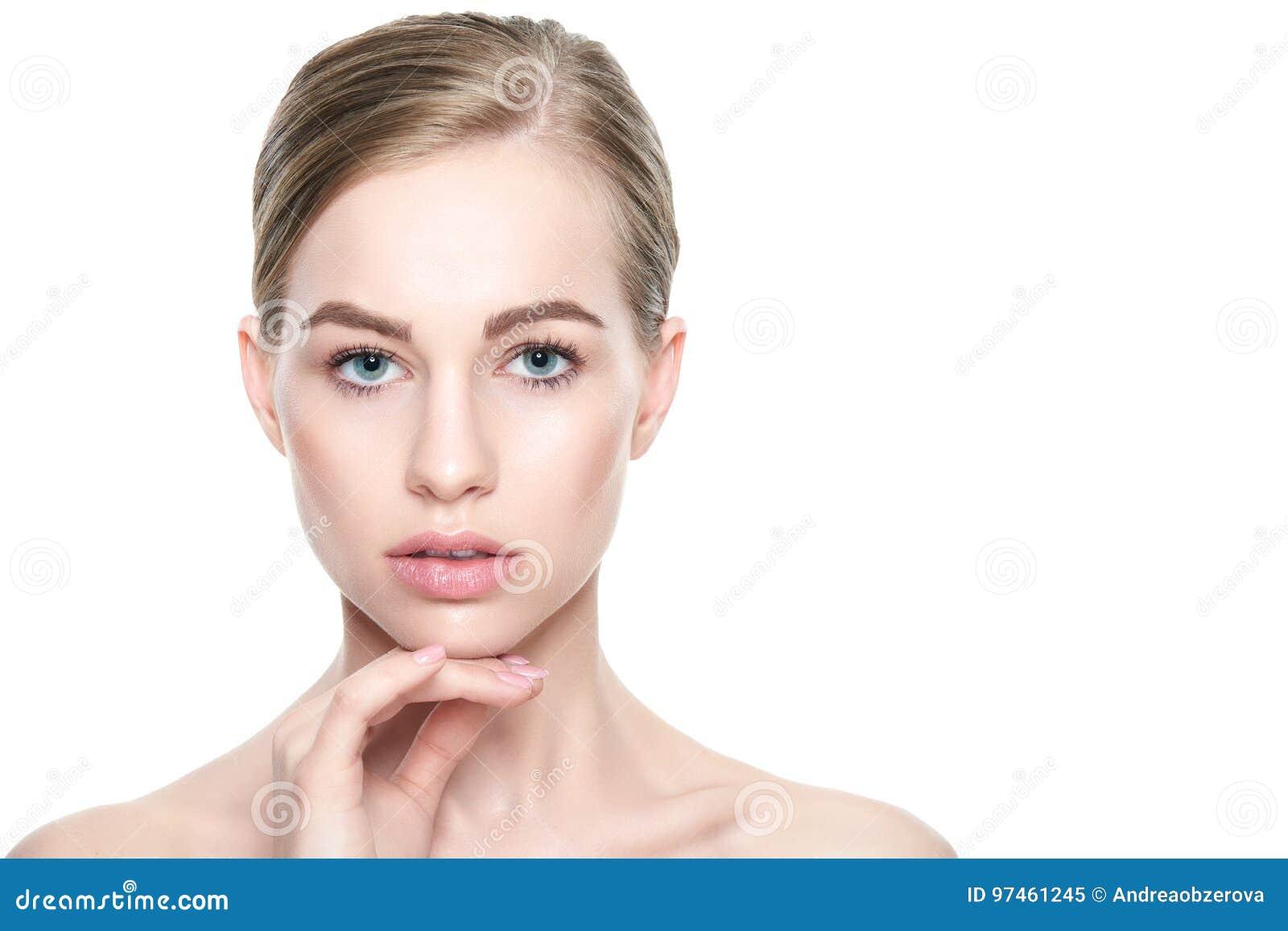 Ragazza graziosa con gli occhi azzurri ed i capelli biondi, con le spalle nude, esaminanti macchina fotografica Modelli con trucc