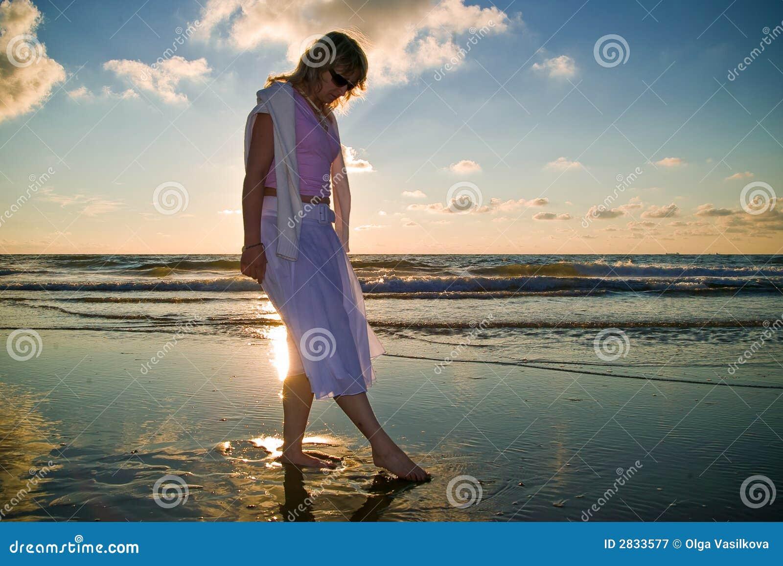 Ragazza graziosa ed il mare