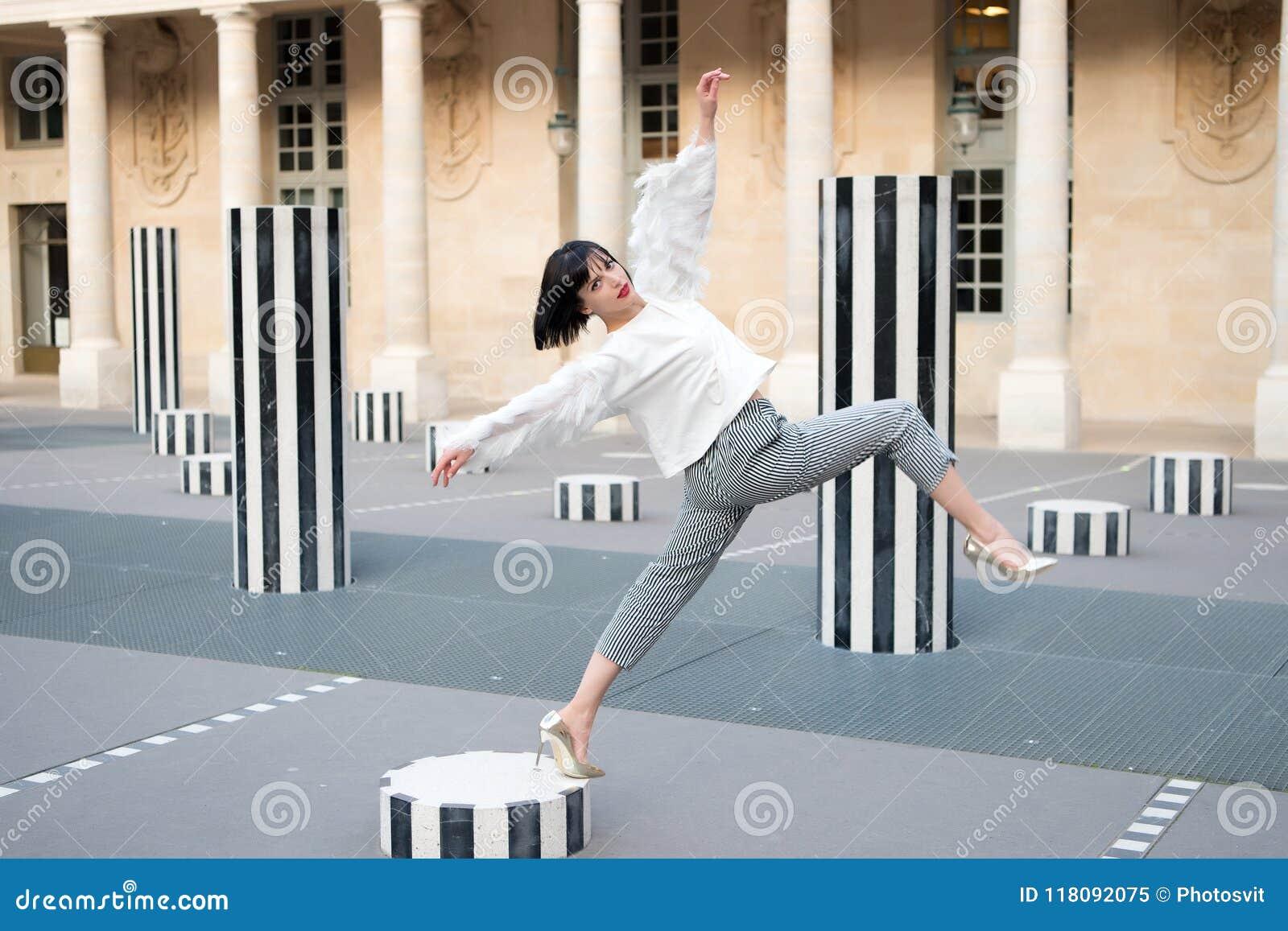 Ragazza graziosa nello stile di modo a Parigi, Francia