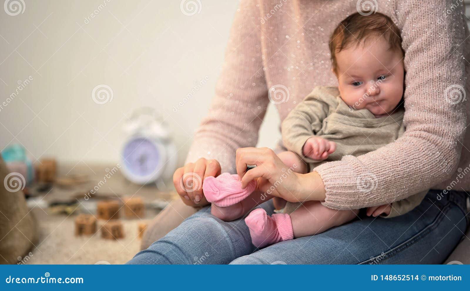 Ragazza infantile sveglia del condimento della donna piccola in calzini rosa, materiali naturali dell abbigliamento