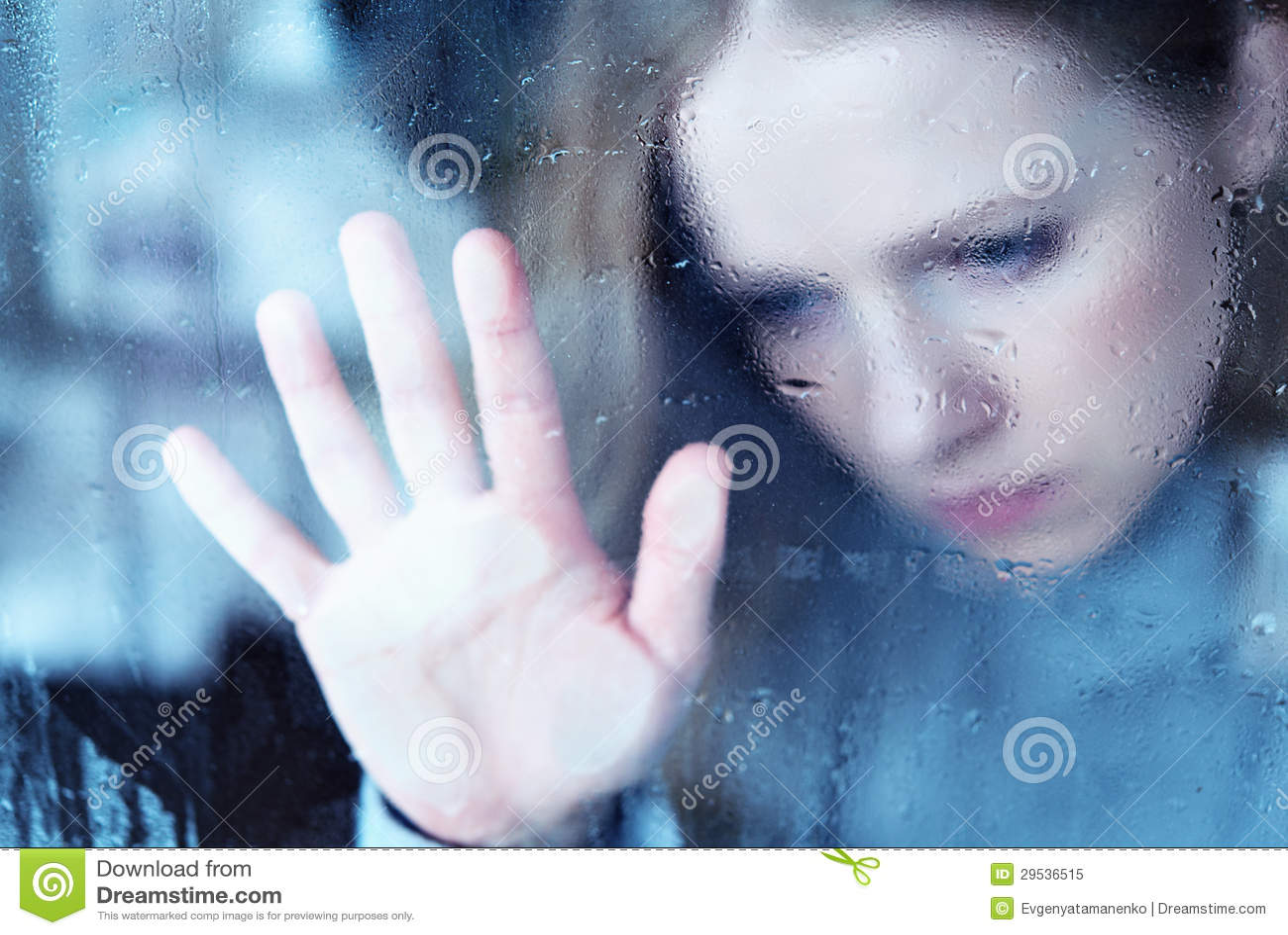 Ragazza malinconica e triste alla finestra nella pioggia for Ragazza alla finestra quadro
