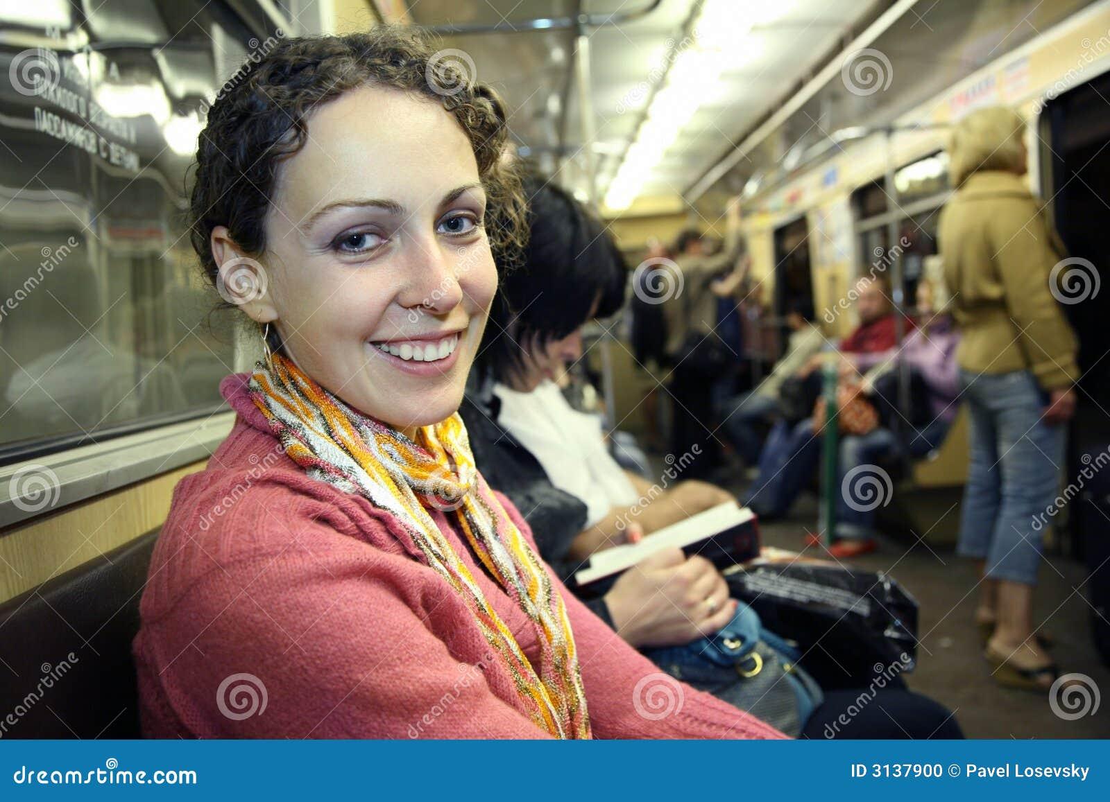 Ragazza in metropolitana del sottopassaggio