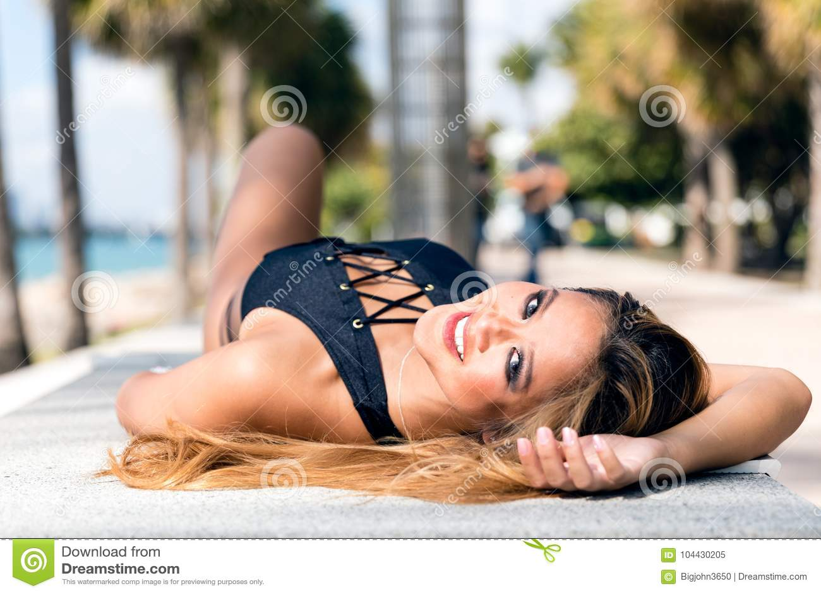 Ragazza millenaria asiatica attraente sexy nel riposarsi nero del bikini