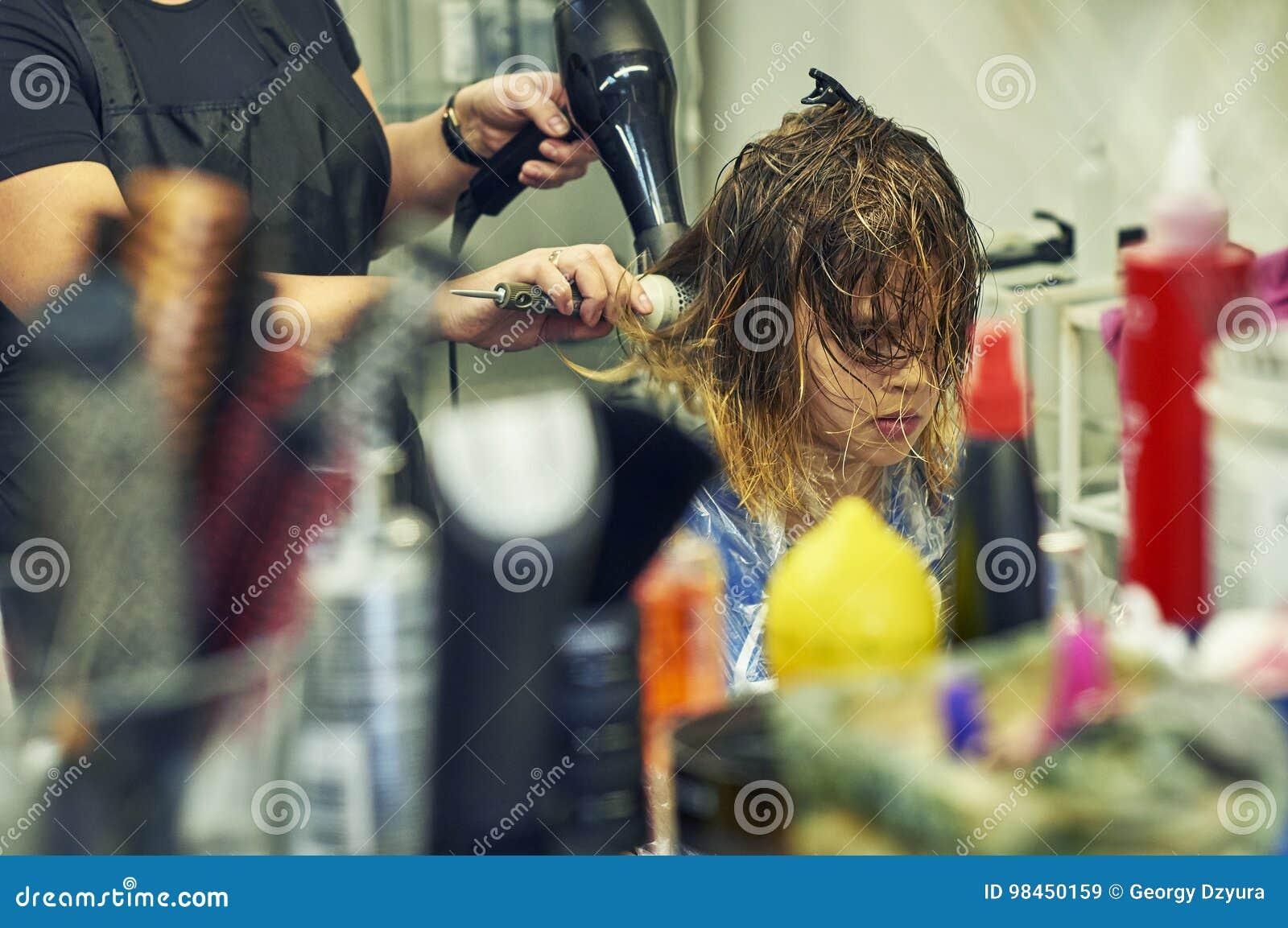 Ragazza nel negozio di barbiere