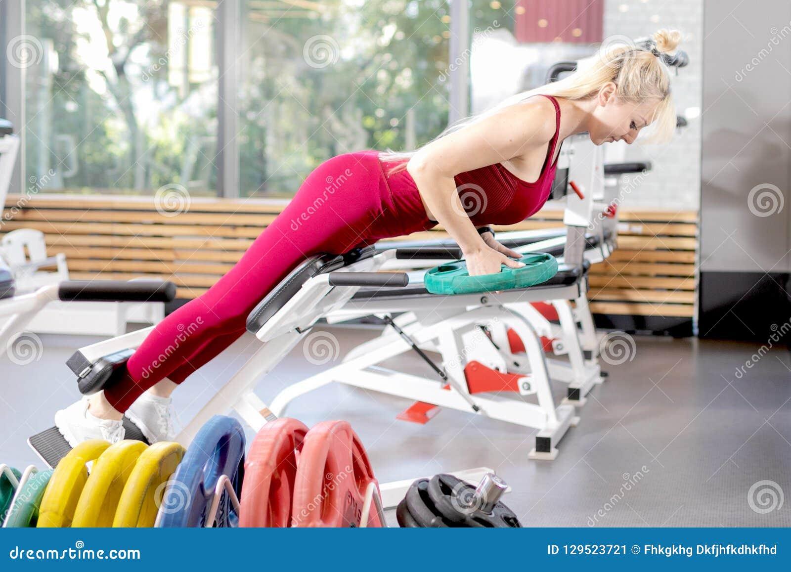 Ragazza nell addestramento nella palestra Forma fisica femminile