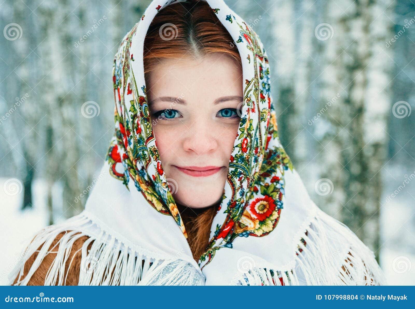 Ragazza nello stile dello slavo Una ragazza in una sciarpa