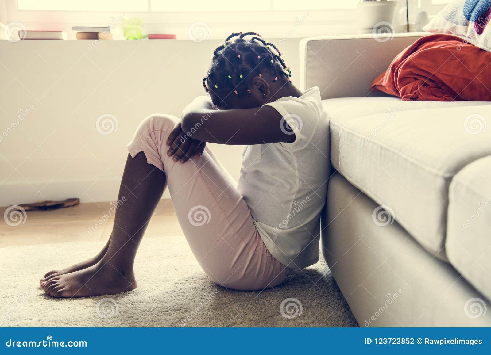 Ragazza nera con emozione di tristezza