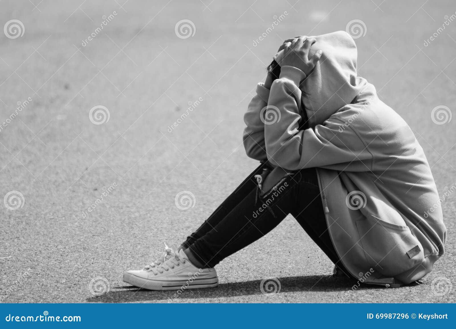 Ragazza nervosa che si siede sulla via