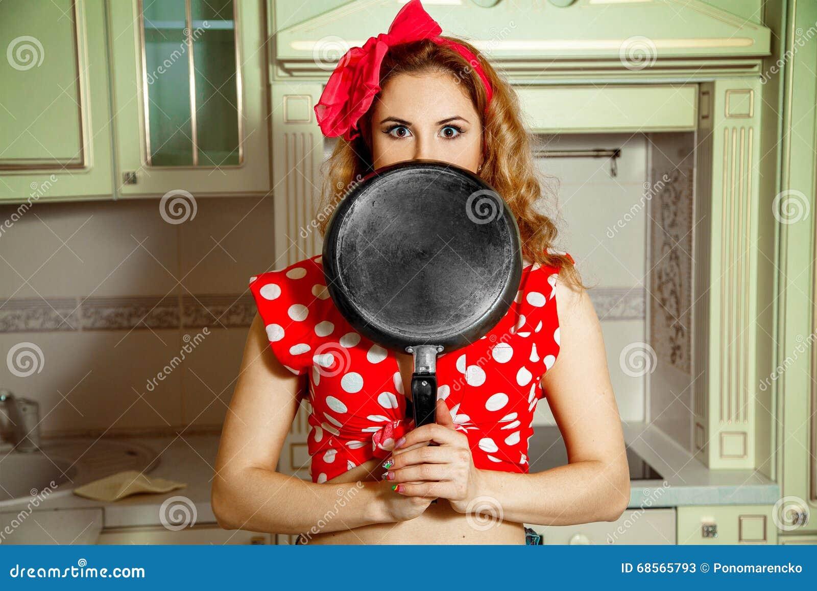 Ragazza in perno su stile che posa nella cucina con la for Posa alzatina cucina