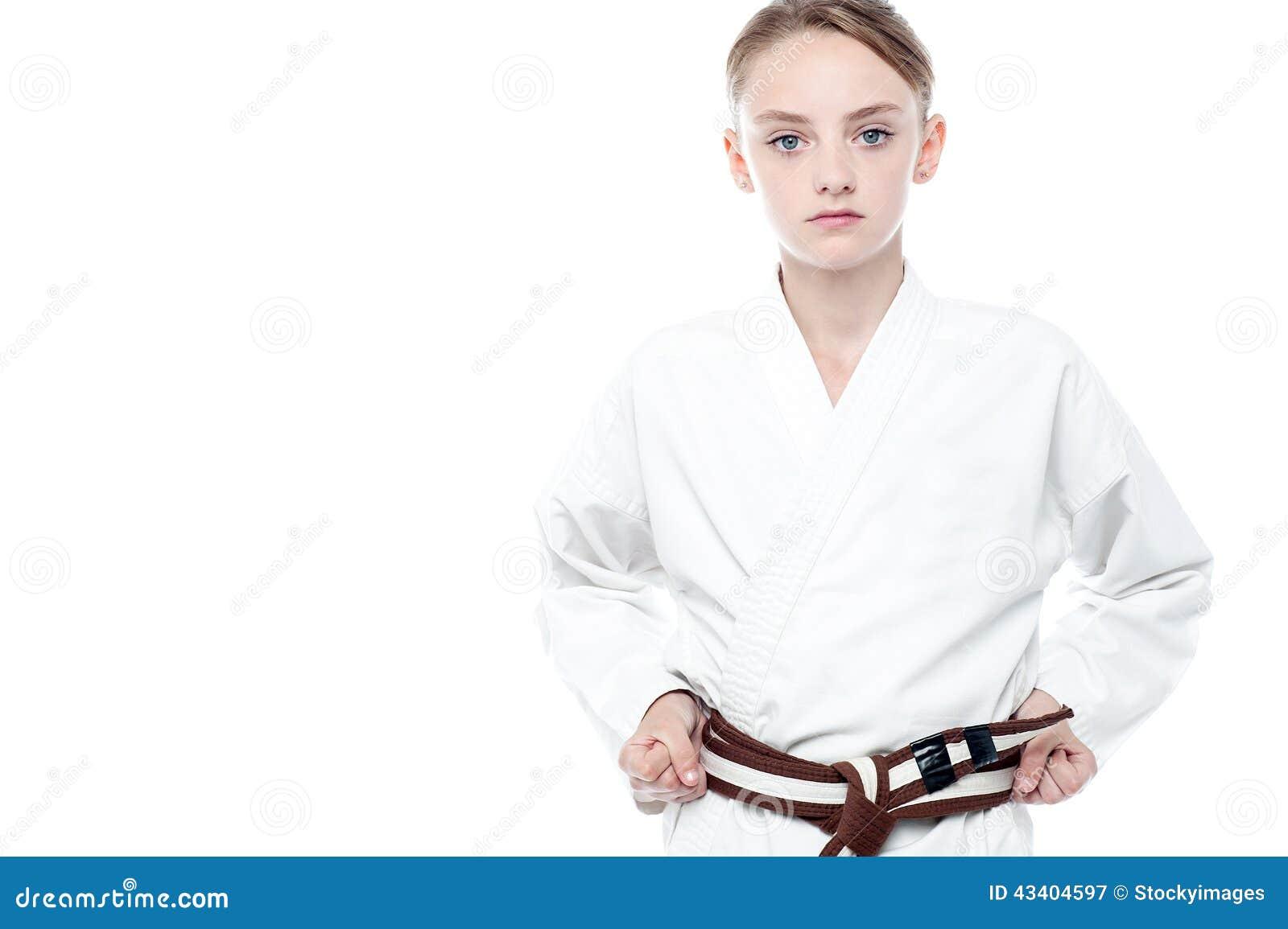 Ragazza pronta a praticare karatè