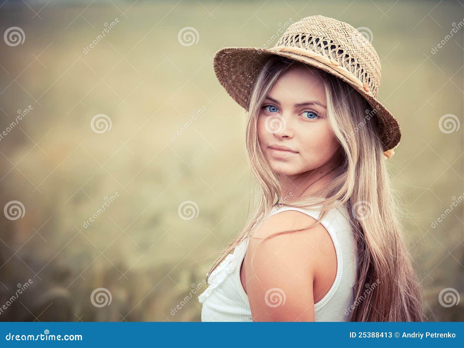 Ragazza rurale in un cappello di paglia