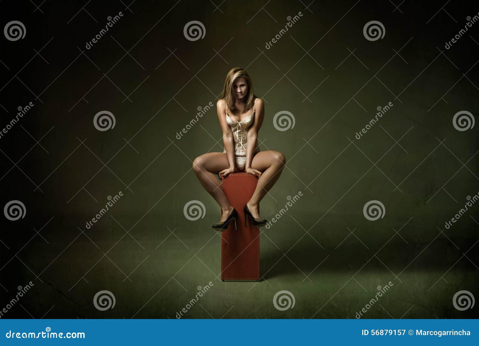 Ragazza sexy che posa con le gambe aperte