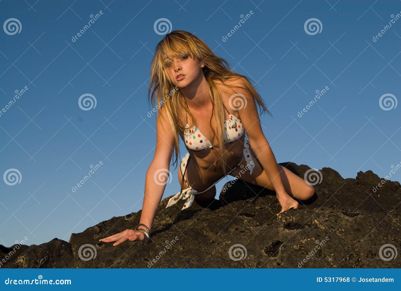 Download Ragazza Sexy Sopra Il Cielo Blu Fotografia Stock - Immagine di posizione, ragazza: 5317968