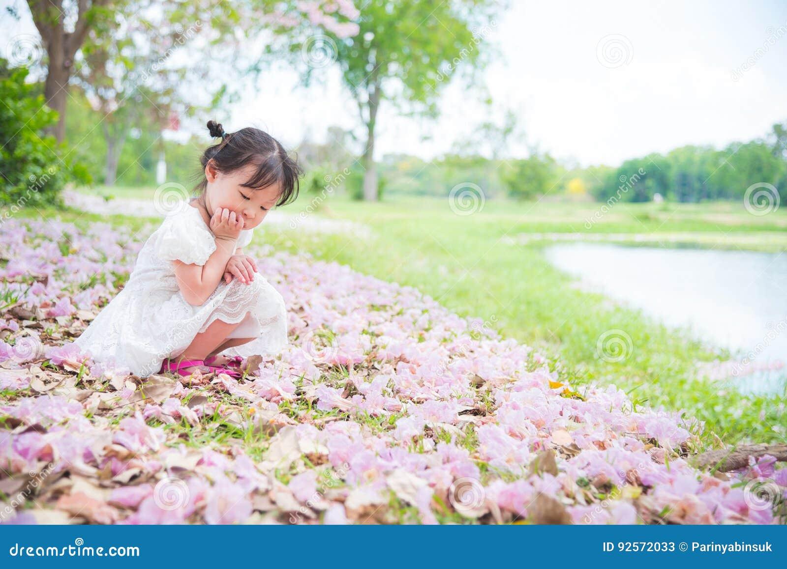 Ragazza sola che si siede da solo nel parco