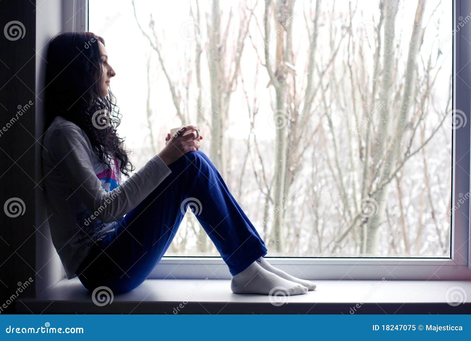 Ragazza sola vicino alla finestra con la tazza fotografia stock libera da diritti immagine - Ragazza alla finestra ...