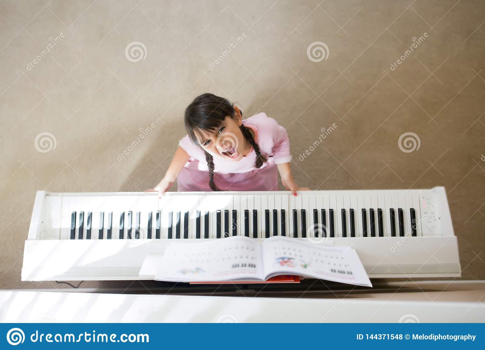 Ragazza sollecitata che gioca piano