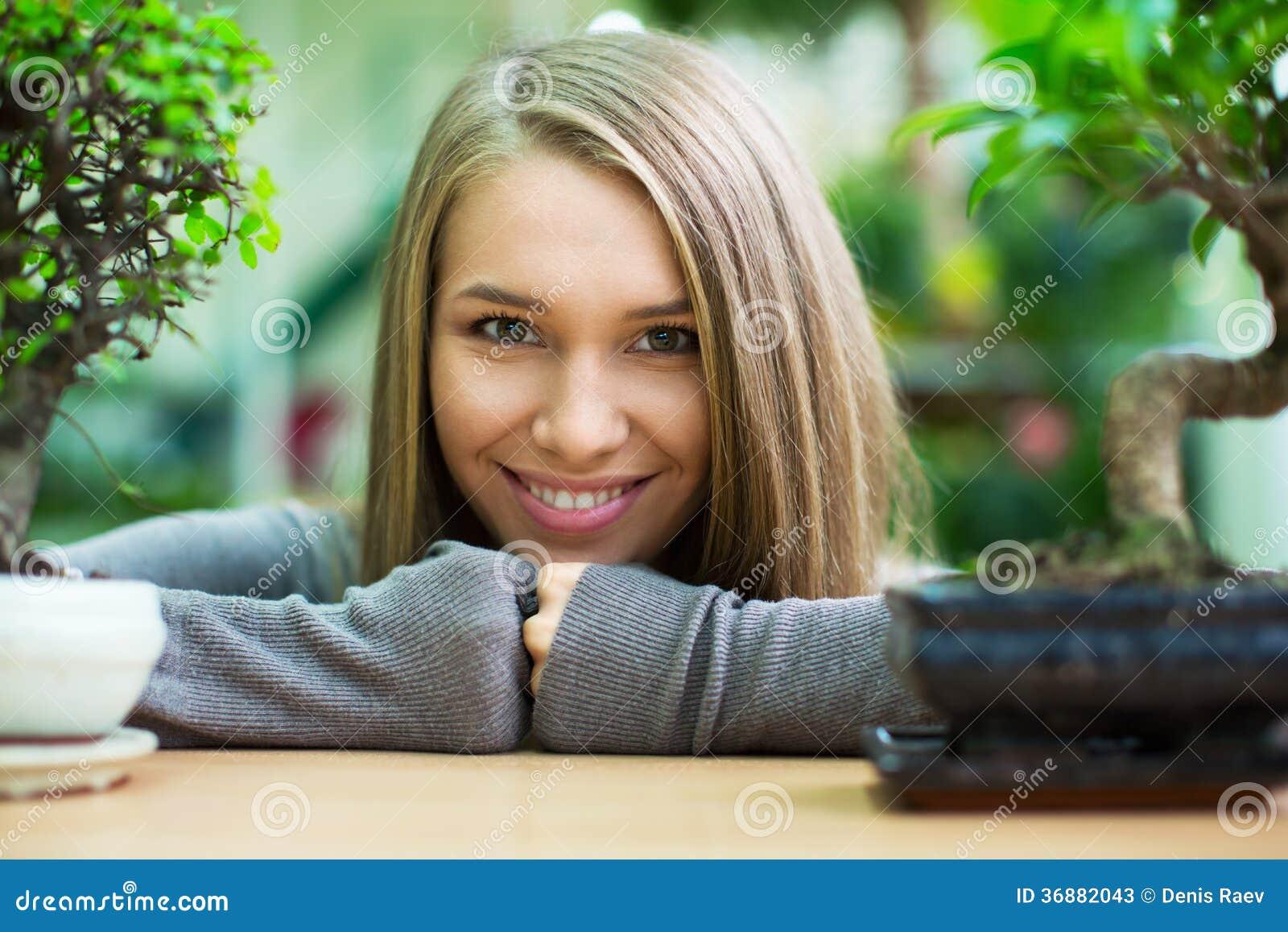 Download Ragazza sorridente immagine stock. Immagine di people - 36882043