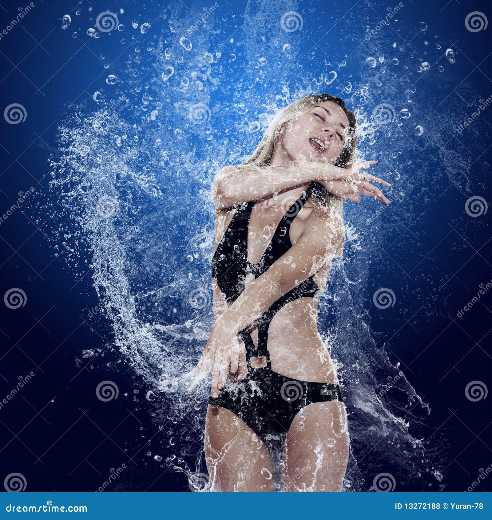 Ragazza sotto acqua