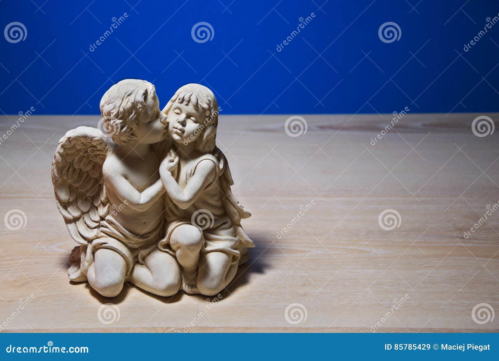 Ragazza sotto la protezione di un angelo figurina sulla - Un ampolla sulla tavola ...