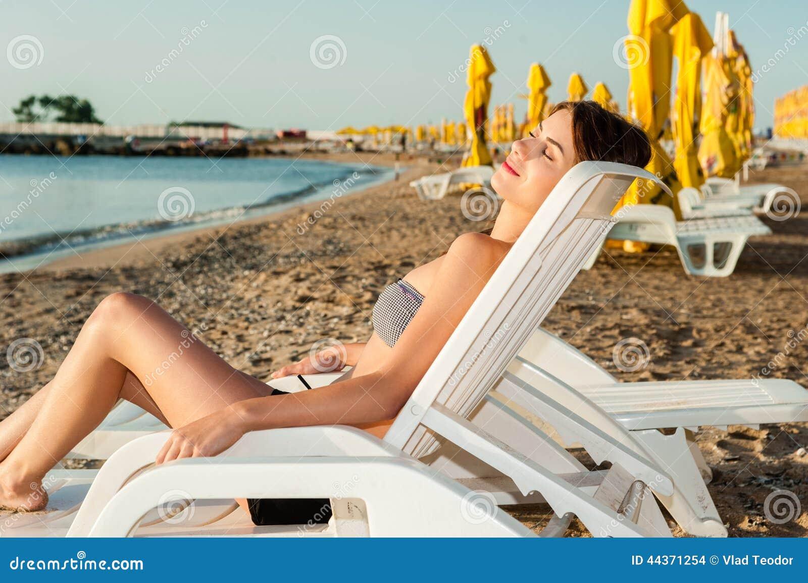 Ragazza su un rilassamento tropicale della spiaggia