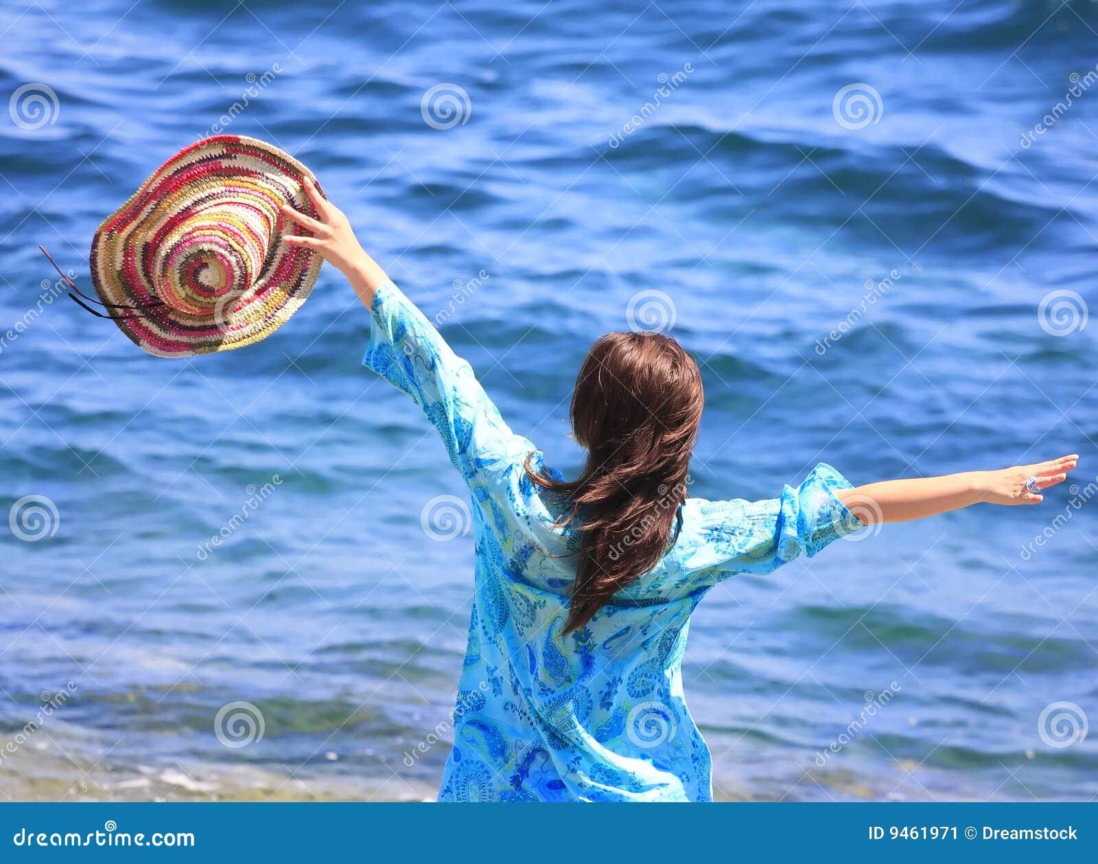 Ragazza su una spiaggia immagine stock immagine di oceano - Colorazione immagine di una ragazza ...
