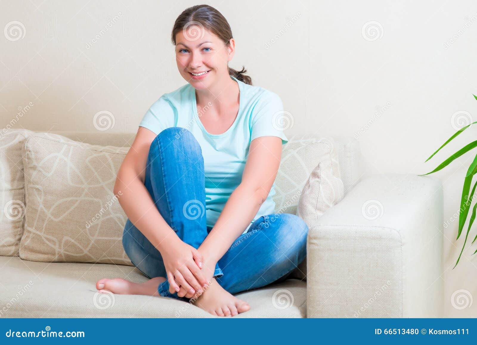 Ragazza sul letto che si siede a piedi nudi fotografia stock immagine di bellezza - Letto che si chiude ...