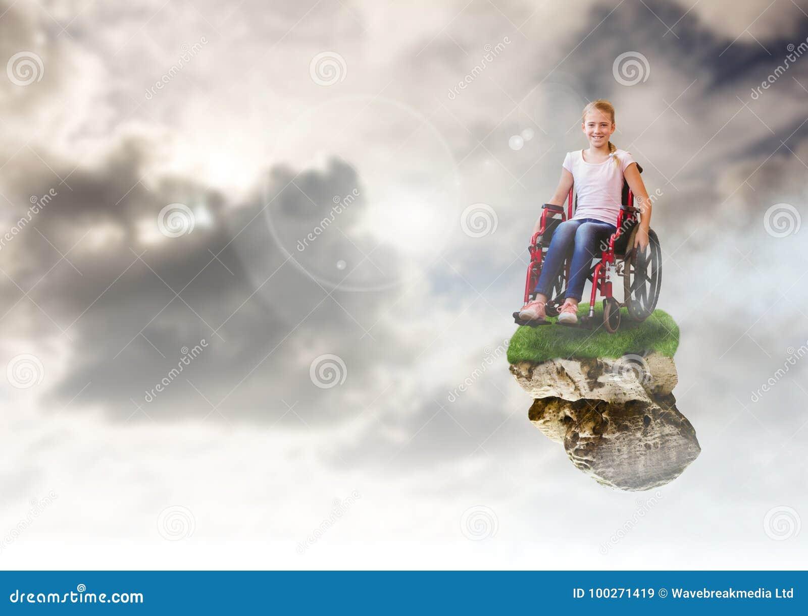 Ragazza sulla piattaforma di galleggiamento della roccia in cielo in sedia a rotelle