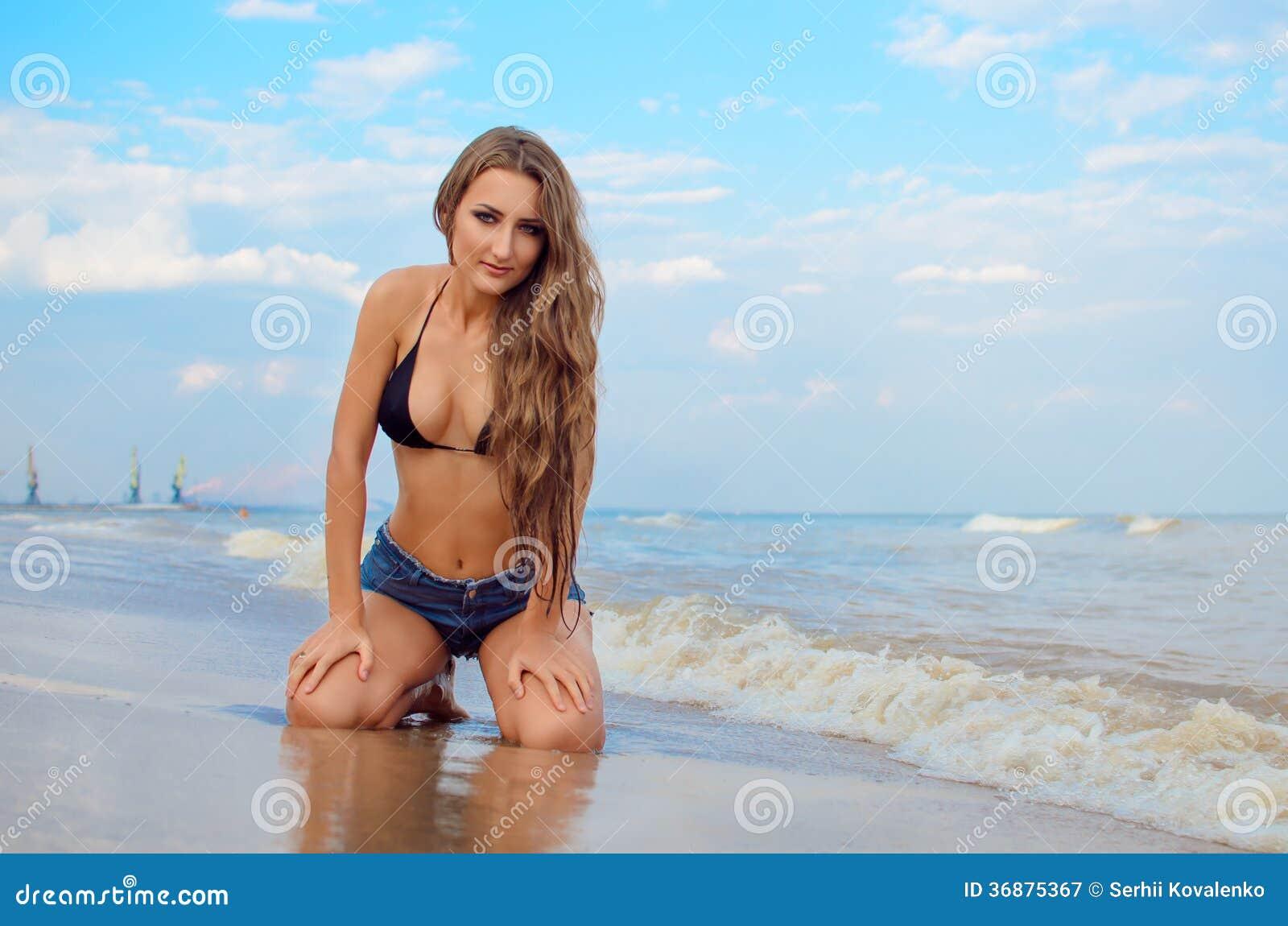 Download Ragazza sulla spiaggia immagine stock. Immagine di lungo - 36875367