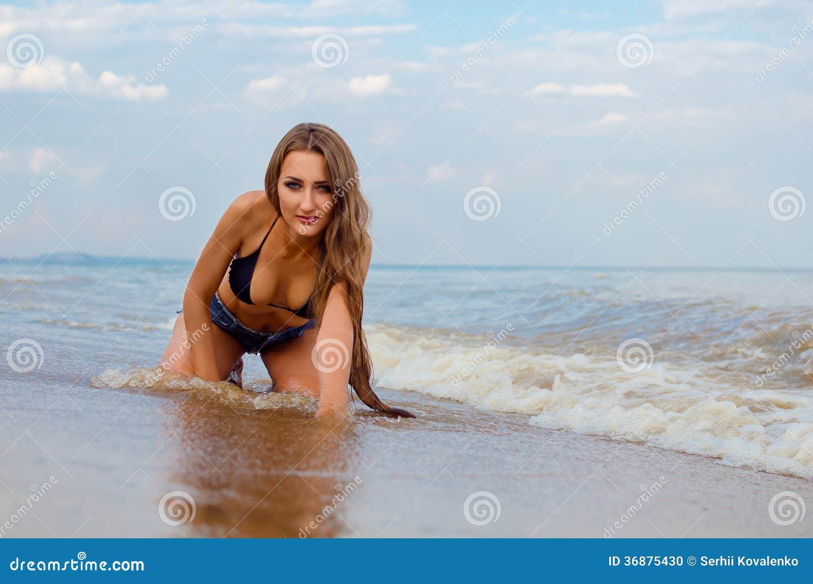 Download Ragazza sulla spiaggia fotografia stock. Immagine di sabbia - 36875430