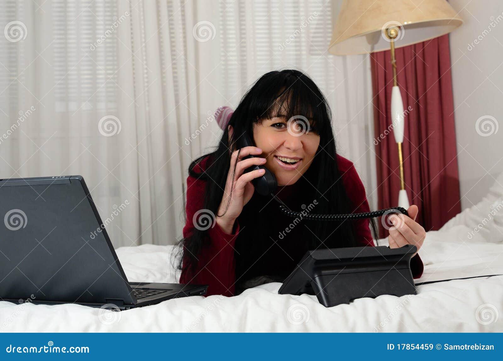 Ragazza sveglia con il computer portatile in camera da - Computer in camera da letto ...