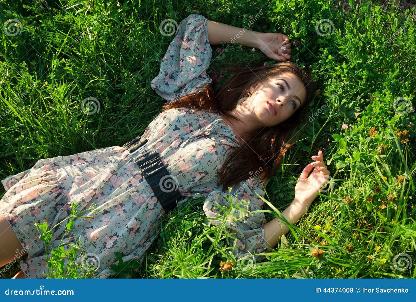 Ragazza sveglia sull erba verde