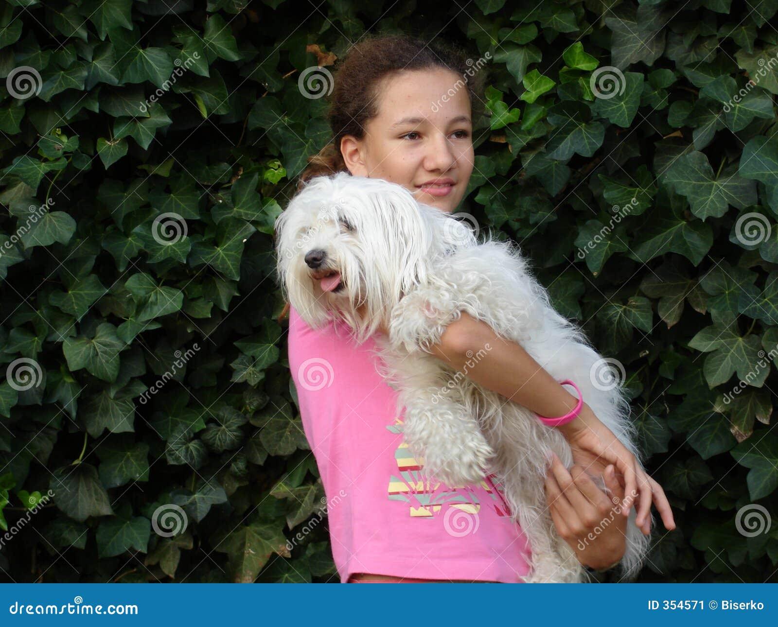 Ragazza teenager con il cane