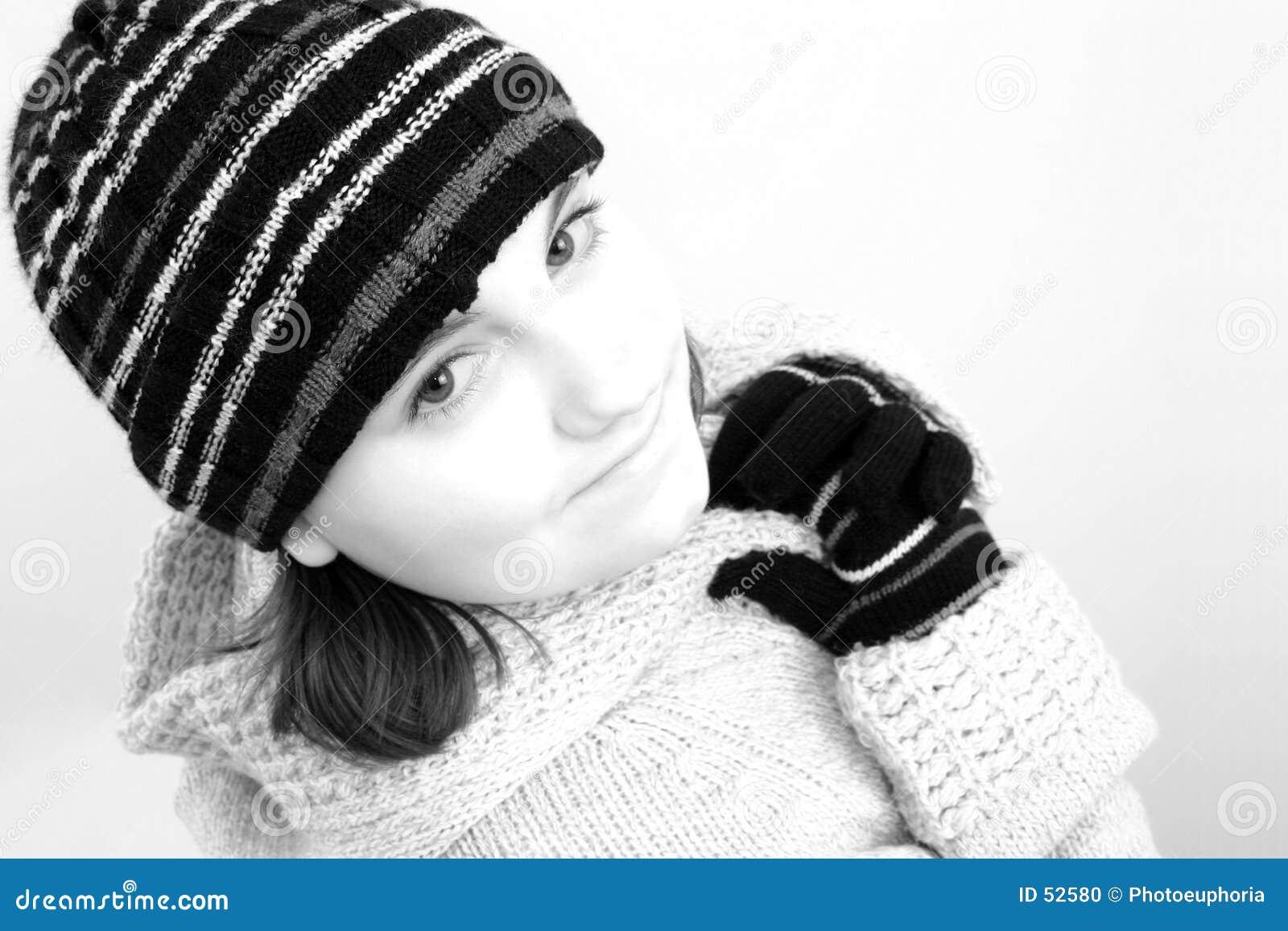 Ragazza teenager di inverno in nero & nel bianco