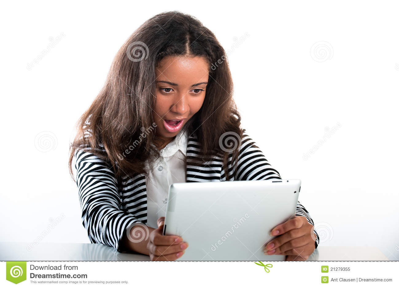Ragazza teenager, lavorante con un calcolatore portatile del ridurre in pani