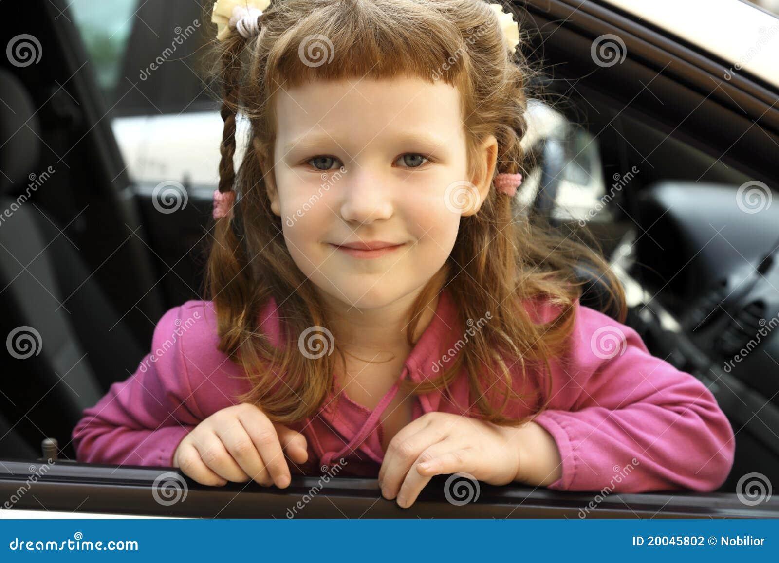Ragazza in un automobile