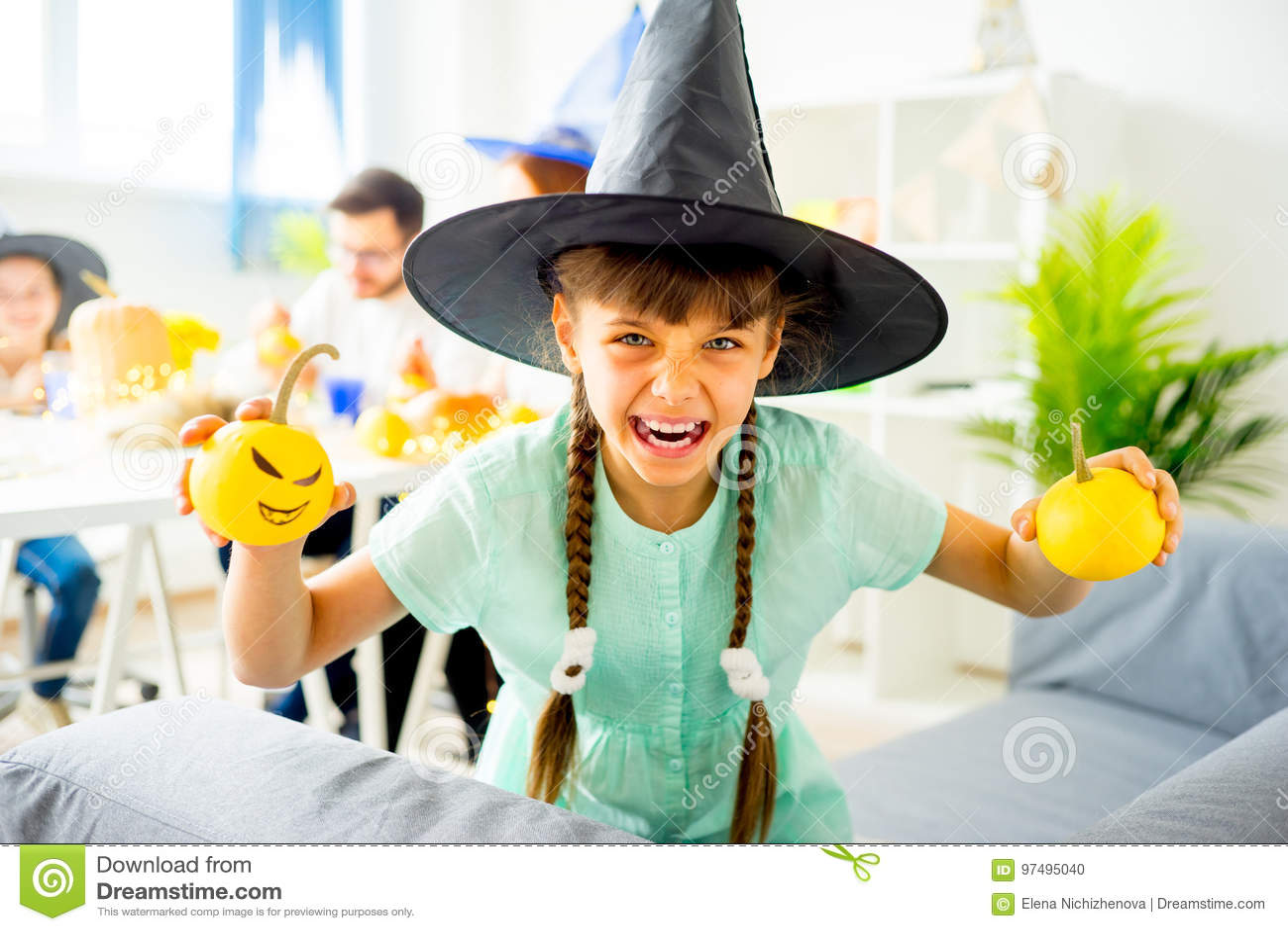 Ragazza in un costume della strega