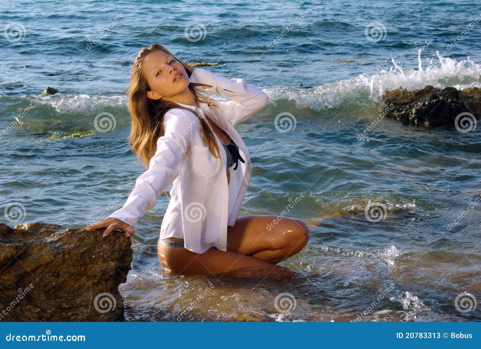 Ragazza in una camicia bagnata immagine stock immagine - Colorazione immagine di una ragazza ...