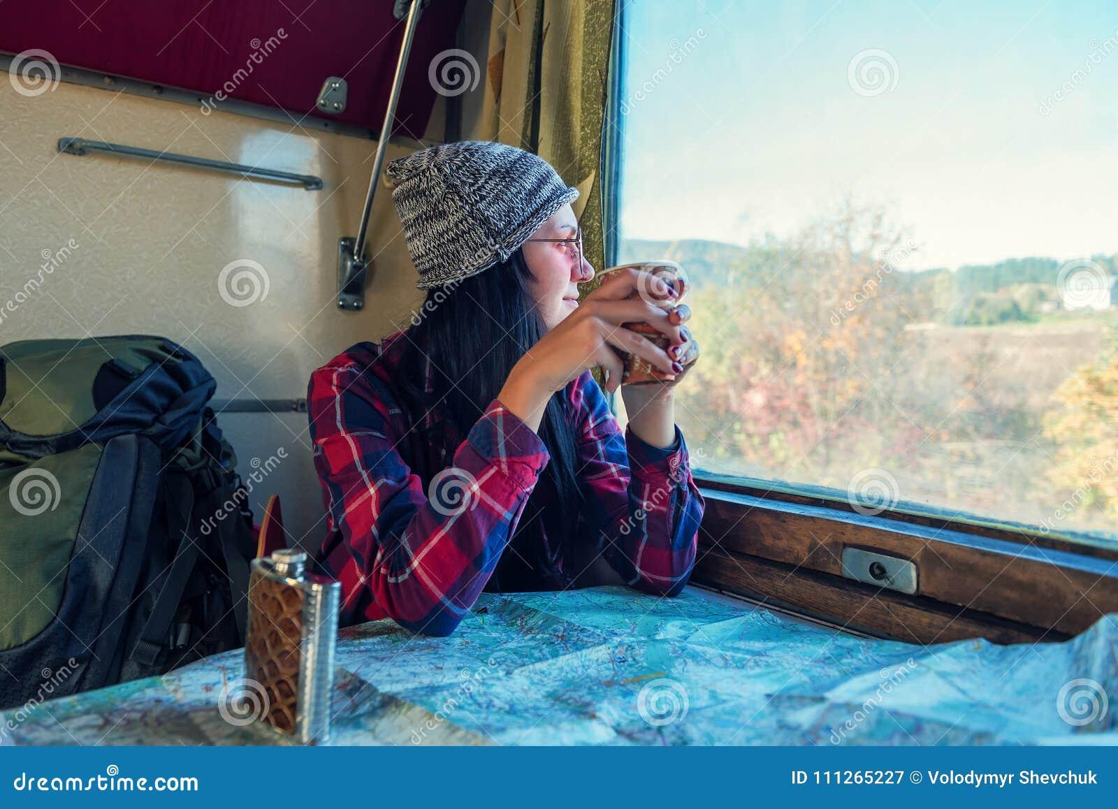 Ragazza in vagone del treno