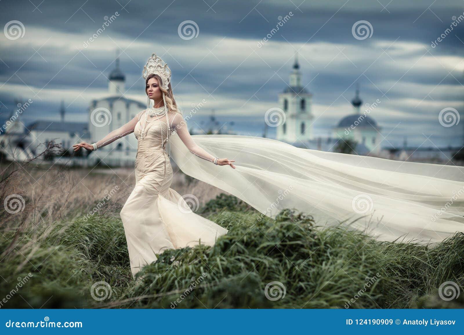 Ragazza in vestito bianco su fondo della chiesa
