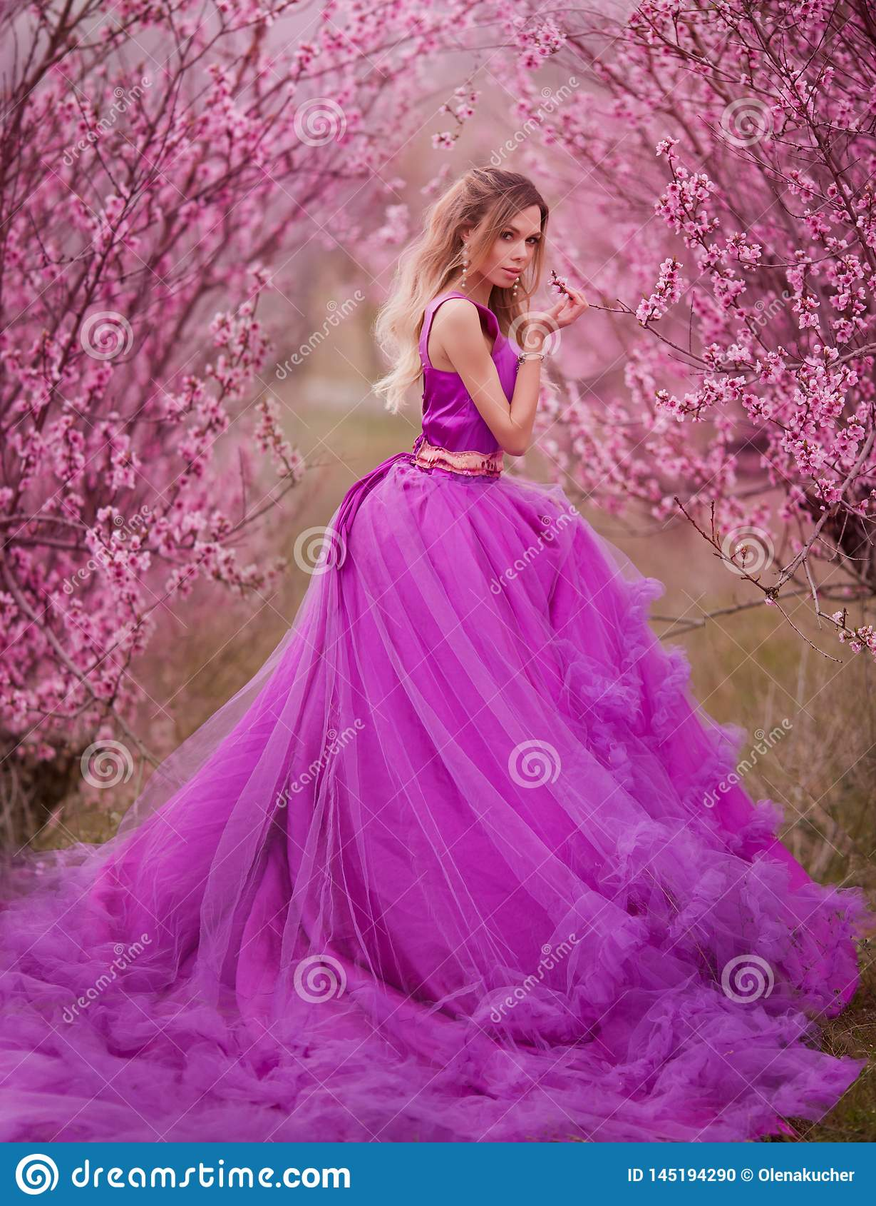 Ragazza in vestito rosa in giardini di fioritura