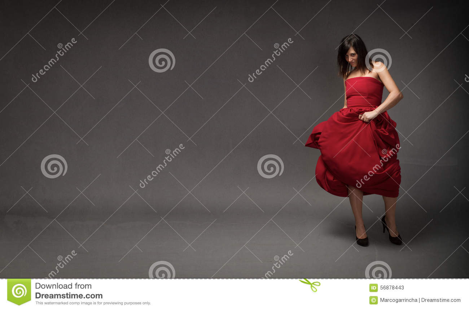 Ragazza in vestito rosso
