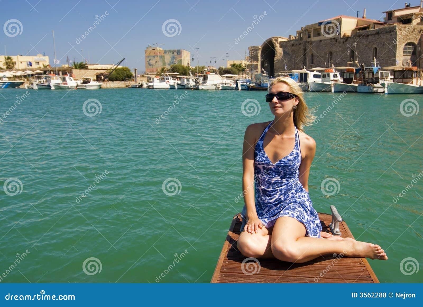 Ragazza vicino agli yacht