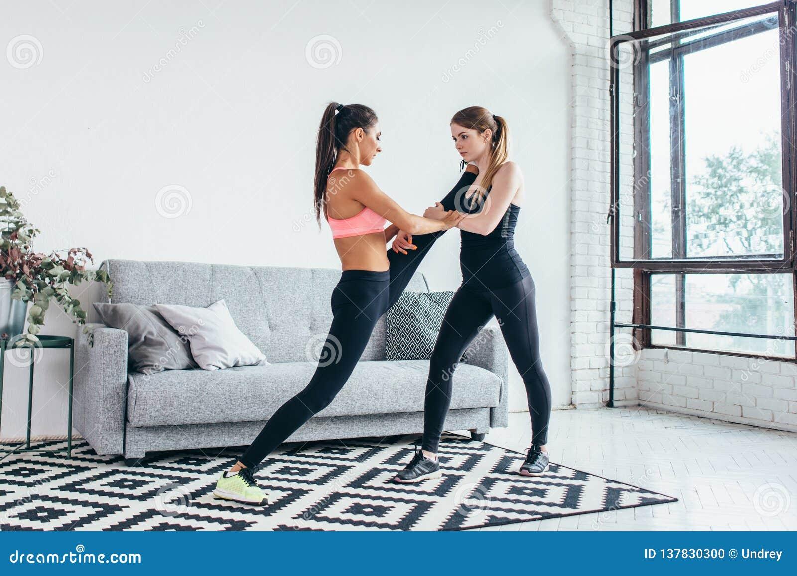 Ragazze adatte che preparano allenamento delle gambe La gamba che allunga la donna di forma fisica di esercizio che fa il riscald