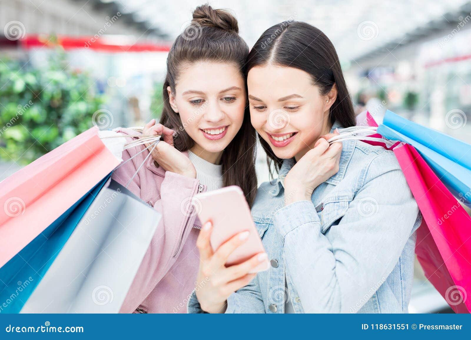competitive price b24b7 49464 Ragazze Allegre Che Usando App Di Compera Online Immagine ...