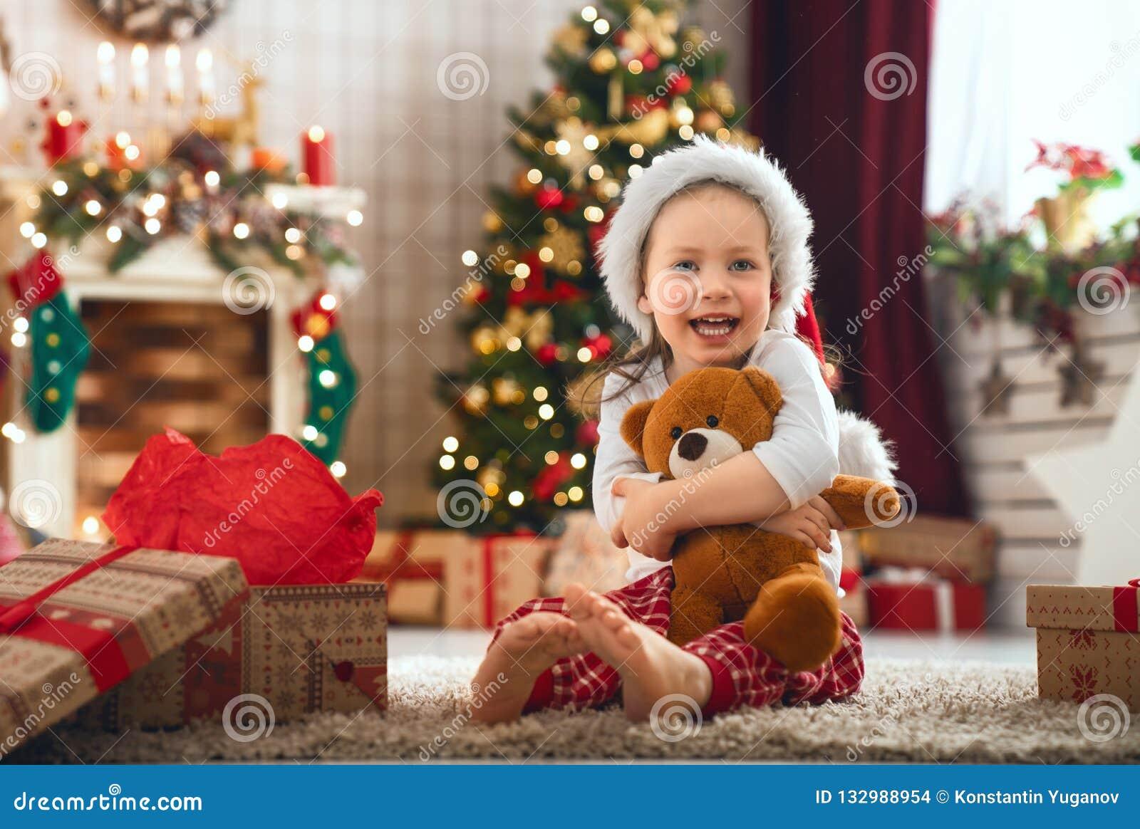 Regali Di Natale Ragazza.Ragazze Che Aprono I Regali Di Natale Fotografia Stock Immagine Di