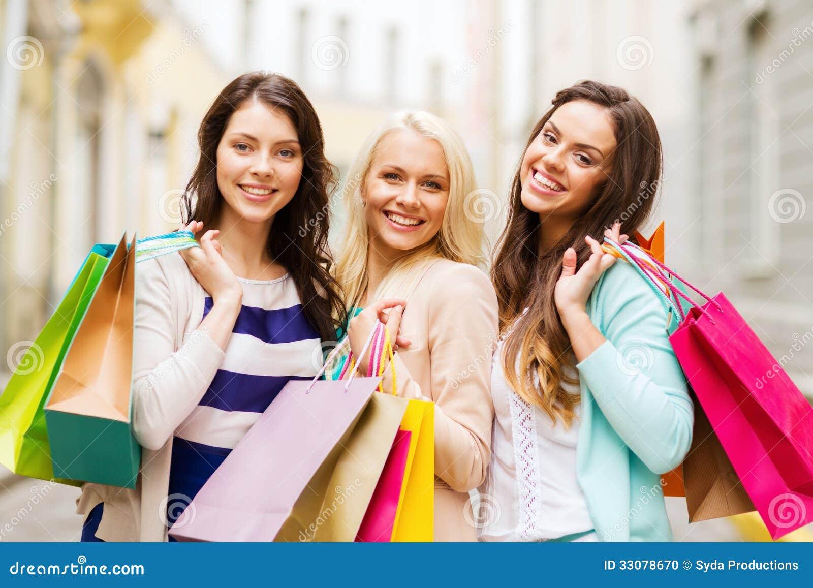 Ragazze con i sacchetti della spesa in ctiy