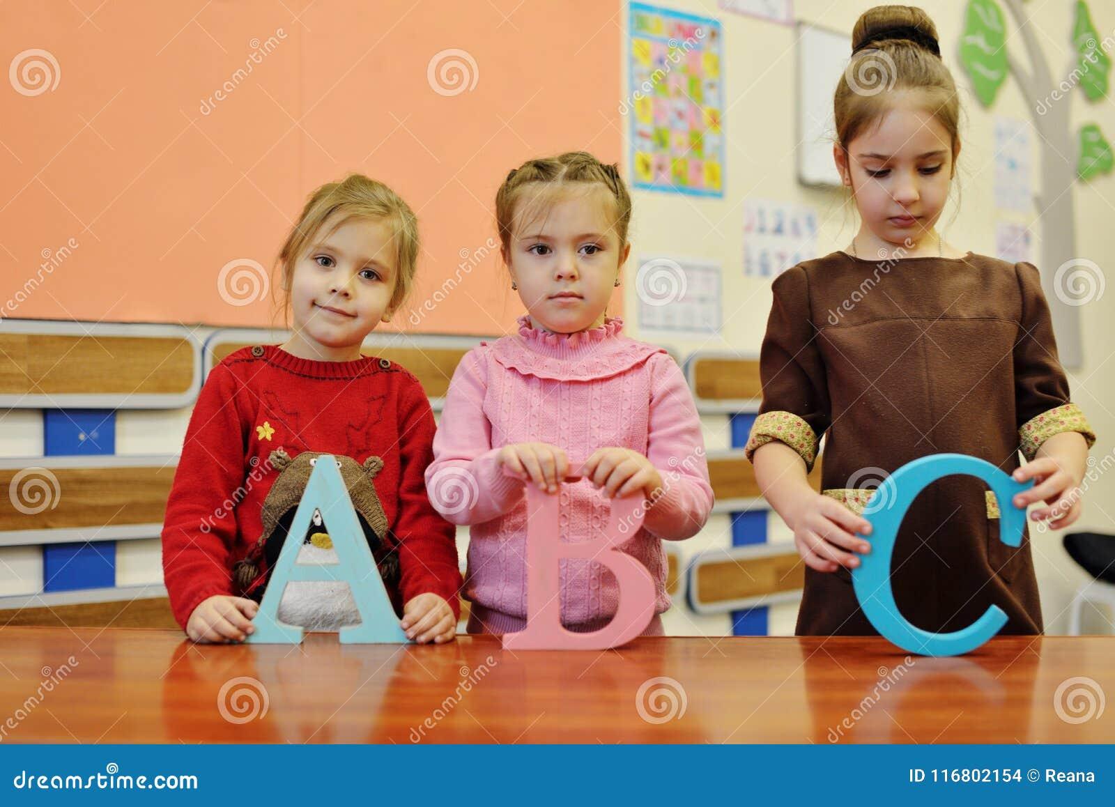 Ragazze con le lettere di b una c