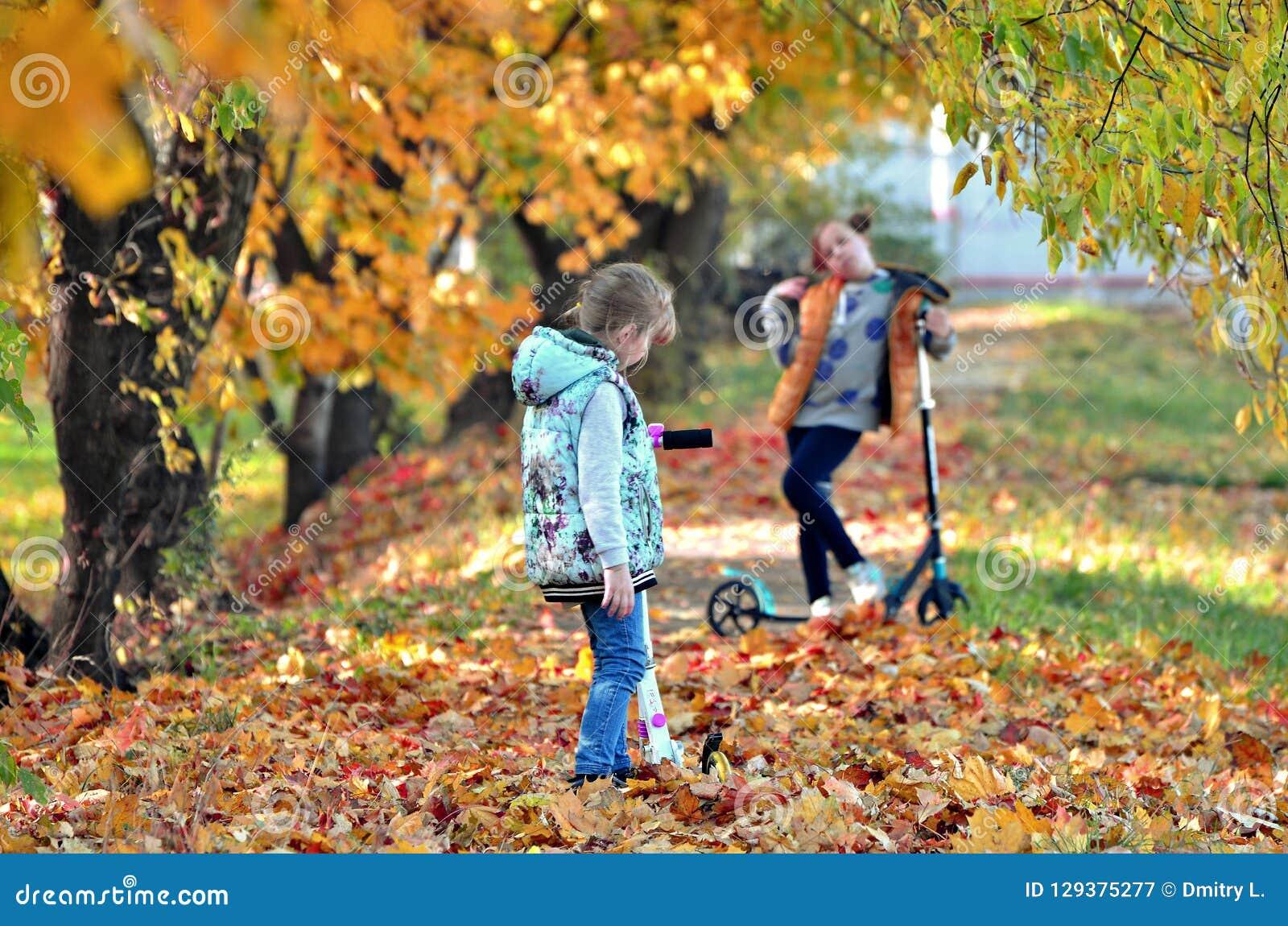 Ragazze di Yong nella stagione di autunno