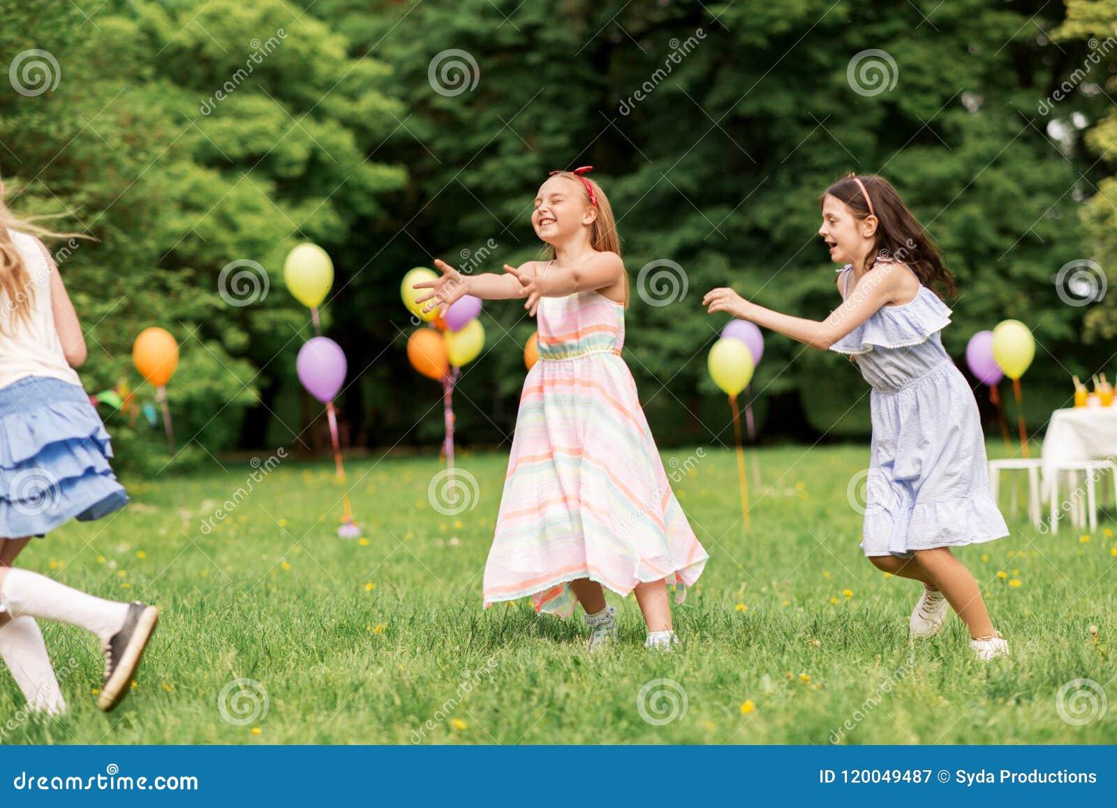 Ragazze Felici Che Giocano Il Gioco Del Ce L'hai Alla Festa Di