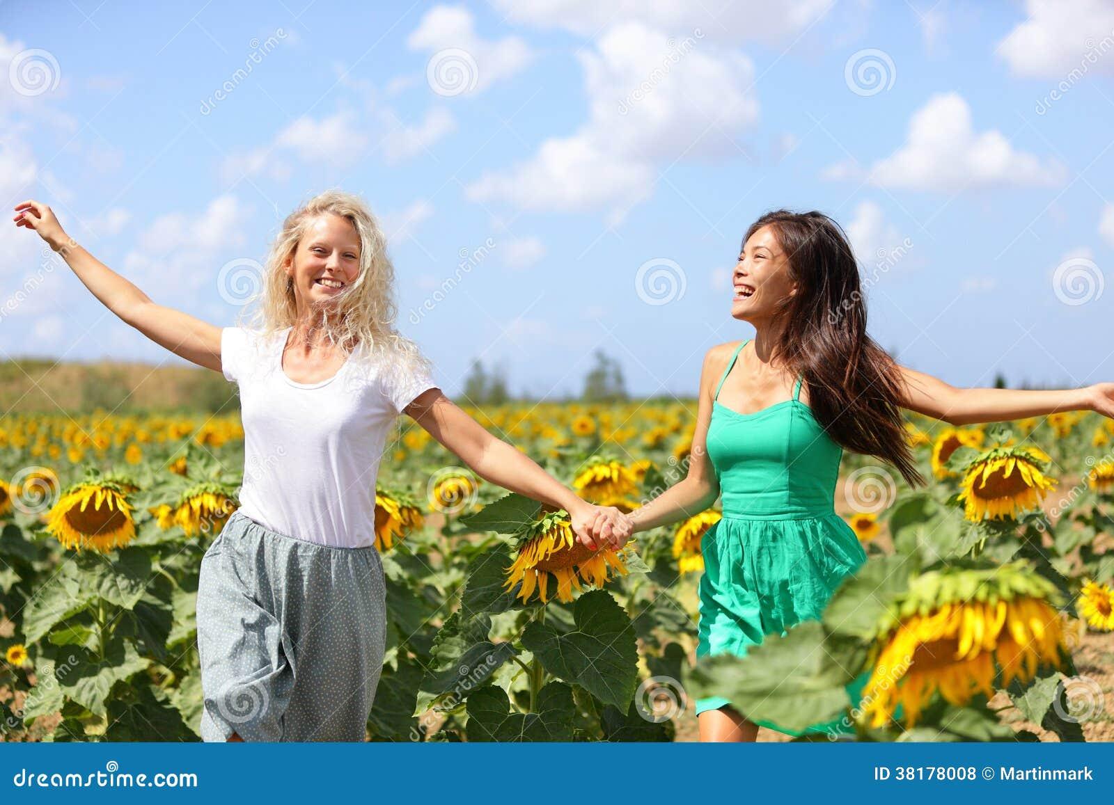 Ragazze felici di estate che ridono divertimento nel - Pagine di ringraziamento e divertimento ...